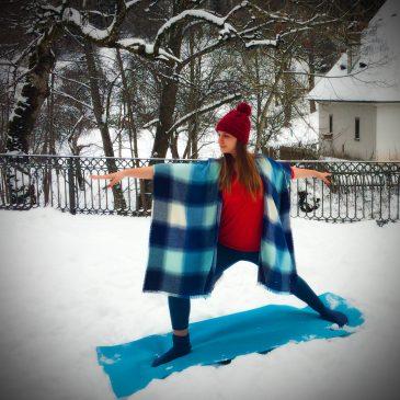 Isabelle macht Yoga im Schnee in der Ravenna-Schlucht im Schwarzwald